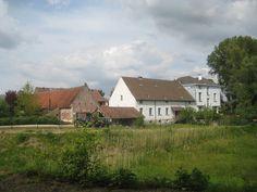 Hof te Hamme, Hamme Het Hof te Hamme aan de Lindestraat in Hamme (Merchtem) was tot aan de Franse Revolutie afhankelijk van de abdij van Affligem. De huidige, semi-gesloten hoeve rond een geplaveide binnenplaats kwam tot stand in de loop van de 18de en 19de eeuw. Het boerenhuis dateert uit ca. 1800. De 18de-eeuwse stalvleugel werd later aangepast en vergroot. De overige gebouwen zijn 19de-eeuws. De ruime schuur dateert uit 1863. In 1986 werd de hoeve beschermd als monument, en samen met zijn…
