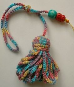 crochet tassel tutorial with pictures! - beauti-useful!!   Take the time to visit her blog, she's one craftly lady!