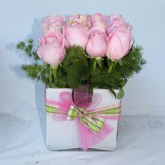 Centrotavola Rosa Moderno: cubo di vetro bianco e rose rosa