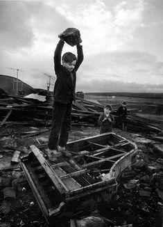 Philip Jones Griffiths hizo esta fotografía de un niño destrozando los restos de un piano. Aquí puedes comprender un poco más cómo está construida y los recursos usados.