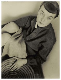 Portrait Lis Beyer, Bauhaus Dessau. As a Bauhaus weaver, Lis Beyer created one of the few garments that were created under the direct influence of the School of Design. A geometrically cut dress that shimmered in various shades of blue and ended just above the knee.