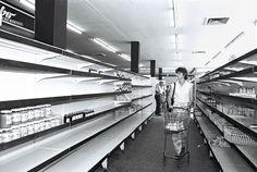 East Berlin supermarket 1989 also ganz so leer waren die regale nicht außer 1990 in der zeit vom wechsel der DDR mark zur DM
