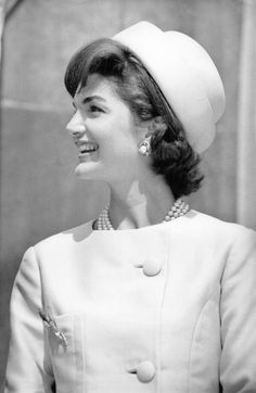 Roy Halston was originally milliner who acquired national fame when he designed the famous pillbox hat for Jackie Kennedy in 1961 when she was first lady. After hats were out of fashion, Halston. Jacqueline Kennedy Onassis, Jackie O's, Jackie Kennedy Style, Les Kennedy, Jaqueline Kennedy, John Kennedy, Southampton, Linda Evangelista, Vogue Paris