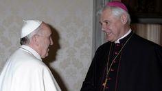 Papst Franziskus (li) und Kardinal Müller bei einem Treffen 2013 im Vatikan