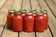 Eingekochte Tomaten schmecken sehr gut, wenn im Winter frisches Gemüse fehlt. Lesen Sie hier, wie Sie Tomaten einkochen und haltbar machen.