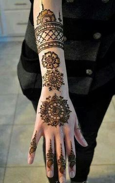 Latest mehndi style and trends have turned to the traditional round patterns like Tikki Style Henna Designs. Check out new tikki style simple mehndi designs collection Mehndi Tattoo, Henna Tattoo Arm, Et Tattoo, Henna Body Art, Henna Tattoo Designs, Tattoo Ideas, Round Mehndi Design, Beautiful Mehndi Design, Arabic Mehndi Designs