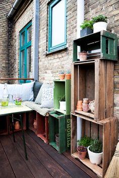 diy decoration terrasse / Terrasse avec des étagères en cagettes / Styling by Mette Helena and Photo by Tia Borgsmidt