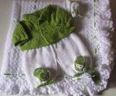 Kit confeccionado em tricô e crochê com fio próprio para bebê. Composição: manta, casaquinho, calça,sapatinhos e luvinhas. Cores disponiveis branco/verde - branco / azul  Detalhes botões de carrinho, sapatinho em formato de carrinho, lacinhos e flores de cetim ( manta) tamanho RN ( recém nascido). Frete por conta do comprador. R$ 299,00