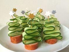 Komkommer kerstboompjes met plakje grillworst (prikkers met ster te koop bij Dille & Kamille)