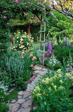 Cottage Garden Design, Small Garden Design, Backyard Cottage, Small Garden Ideas With Grass, Yard Design, Cottage Front Yard, Cottage Garden Borders, Small Cottage Garden Ideas, Cottage Garden Plants
