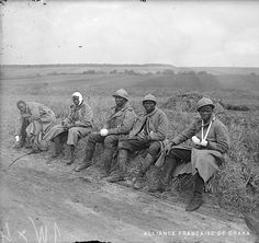 Senegalese infantrymen (tirailleurs sénégalais) of the 29th Colonial Infantry Regiment (29e RIC) wounded during the German offensive of May-June 1918, waiting to be evacuated. Monchy-Humières, Oise, Picardie, Northern France, June 1918.