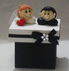 Caixa pequena de mdf, com detalhes em biscuit. <br>A cor pode ser trocada, com o gosto do cliente