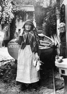 Newlyn, Old Fisherwoman, Fanny Mathews 1906 Old Fisherwoman Newlyn, Cornwall, England. The fishing industry often meant close links between the coastal communities of Devon and Cornwall. Devon And Cornwall, Cornwall England, Women In History, British History, Old Photos, Vintage Photos, Penzance Cornwall, Fine Art Photo, Historical Photos