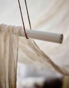 Disposez un grand morceau de tissu sur deux barres et créez un ciel de lit en deux temps trois mouvements