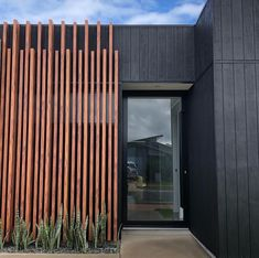 Ridgeview Residence, Peregian Springs QLD Application: Screen System: x x & x 2 Part Battens Colour: Spotted Gum Wooden Cladding Exterior, Cedar Cladding, Wooden Facade, House Cladding, Wall Exterior, Modern Exterior, Black Cladding, House Front Design, Roof Design