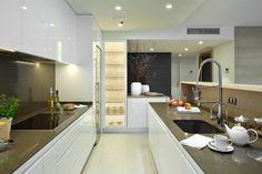 moderne, weiße Küche mit grifflosen Küchenschränken