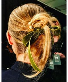 Inspiration coiffure : le chignon noeud velours de Marchesa
