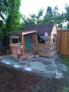 Pallet Playhouse Step by Step Playhouse Decor, Pallet Playhouse, Playhouse Ideas, Pallet Crafts, Pallet Projects, Home Projects, Pallet House, Pallet Patio, Outdoor Fun
