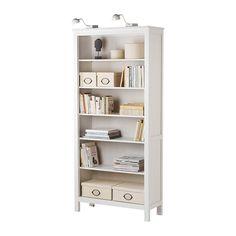 HEMNES Libreria IKEA Il legno massiccio dona al prodotto un aspetto naturale. 4 ripiani regolabili: distanziali in base alle tue esigenze.