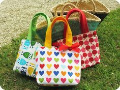 : DIY / Tuto: Little girl bag. For my little Louise who already loves the bags! Quilted Christmas Gifts, Diy Sac, Couture Sewing, Purse Patterns, Fabric Bags, Girls Bags, Sewing For Beginners, Purses And Bags, Little Girls