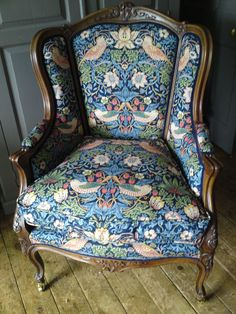 Algernon's chair/William Morris' Strawberry Thief Arts And Crafts For Adults, Arts And Crafts House, Easy Arts And Crafts, Morris Chair, Arts And Crafts Interiors, Motifs Textiles, William Morris Art, Art And Craft Videos, Art And Craft Design