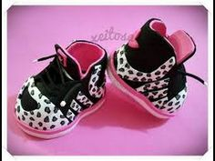 Llaveros de zapatilla de goma eva Girls Shoes, Baby Shoes, Origami Gift Box, Origami Paper, Doll Shoe Patterns, Sewing Dolls, Foam Crafts, Doll Shoes, Fabric Dolls