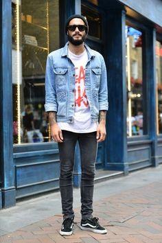 Den Look kaufen:  https://lookastic.de/herrenmode/wie-kombinieren/jeansjacke-t-shirt-mit-rundhalsausschnitt-enge-jeans-niedrige-sneakers-muetze/6286  — Schwarze Mütze  — Weißes und rotes bedrucktes T-Shirt mit Rundhalsausschnitt  — Hellblaue Jeansjacke  — Dunkelgraue Enge Jeans  — Schwarze Niedrige Sneakers