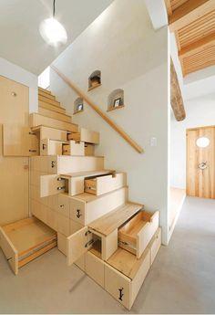 Inteligente manera de hacer uso del espacio bajo las escaleras