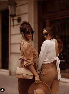 How to dress like an Italian woman this summer. Master the Italian bombshell look and what are the most important aspects of Italian fashion for summer. Italy Street Fashion, Europe Fashion, Italy Fashion, Italian Women Style, Women's Summer Fashion, Italian Summer Fashion, Italian Style Fashion, Italian Outfits, Cool Summer Outfits