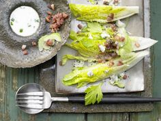 Römersalat mit Roquefort - und Schnittlauchsauce - smarter - Kalorien: 132 Kcal - Zeit: 35 Min.   eatsmarter.de Roquefort-Käse liefert einen würzigen Geschmack.