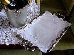 Pano de bandeja em linhão (50% algodão/50%poliéster) com borda em renascença e bordado à mão.  Medidas: 30x40 cm  FOTO ILUSTRATIVA - SUGESTAO DE USO - Acessórios não incluídos R$ 39,99