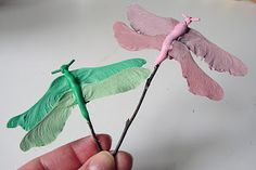 These cute dragonflies are easy and quick to make! How-to both in English and Finnish Acorn Crafts, Vbs Crafts, Summer Activities, Outdoor Activities, Repurpose, Reuse, Preschool Transitions, Art For Kids, Crafts For Kids