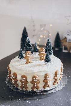 This gingerbread cake is adorable! This gingerbread cake is adorable! Christmas Log, Christmas Gingerbread, Christmas Baking, Christmas Treats, Christmas Cookies, Christmas Birthday Cake, Diy Birthday, Simple Christmas, Christmas Recipes