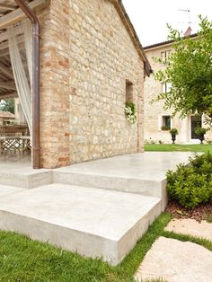 """Architop®: industrial concrete floors with a """"brutalist"""" charm. Interior and exterior coloured cloud effect concrete floors - Ideal Work Country Chic Kitchen, Country Modern Home, House Extension Design, House Design, Outside Flooring, Outdoor Paving, Gable House, Garden Steps, Outdoor Living Areas"""
