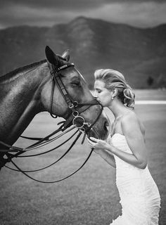 i absolutely love horses. i must have one incorporated in my engagement and/or wedding professional photos. MUST.