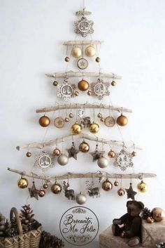 DIY ideas for Christmas decorations for the Christmas holidays! - Hello lovely Looking for a unique decor for Christmas This wall-mounted driftwood Christmas tree is ideal Driftwood Christmas Tree, Christmas Wall Art, Rustic Christmas, Christmas 2019, All Things Christmas, Christmas Home, Christmas Holidays, Hello Holidays, Christmas Lights