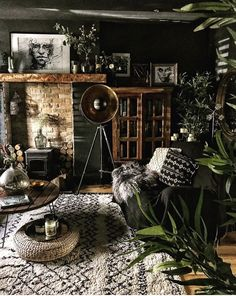 - Living Rooms - Une maison irlandaise aux murs sombres An Irish house with dark walls - PLANETE DECO a homes world. Dark Living Rooms, Boho Living Room, Home Interior, Interior Design Living Room, Living Room Designs, Living Room Decor, Dark Rooms, Bohemian Bedroom Decor, Bohemian Living