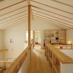通り抜けるだけの2階ホールに役割を。本棚をつけたり、カウンターを設けたりすることで、階段を上がった先のホールも家族の居場所に。  廊下だけの空間をなるべく少なくすることで、延べ床面積よりも広く感じる家に。     #広がり間取り #小さくつくって広く住む #共有スペース #2階ホール #スタディコーナー #スタディスペース #書斎 #造作カウンター #造作家具 #造作棚 #造作本棚 #勾配天井 #吹き抜けのある家 #木の家 #自然素材の家 #ピュアヴィレッジ長岡 #新潟注文住宅 #ナレッジライフ Japanese Architecture, Smart Design, Design Thinking, Pure Products, Interior, Room, House, Industrial, Study