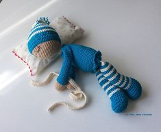 Bebé dormilón amigurumi tejido a mano con Drops Safran. Grow Your Own, Crochet Toys, Lana, Crochet Projects, Dinosaur Stuffed Animal, Crochet Patterns, Crafty, Sewing, Board