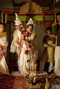 Bengali wedding - bride and groom Indian Wedding Bride, Bengali Wedding, Bengali Bride, Indian Wedding Photos, India Wedding, Wedding Pics, Bengali Saree, Bengali Culture, Bengali Bridal Makeup