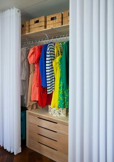 Cheap closet: meet 10 tips and 60 creative ideas for decorating - New decoration styles Curtain Wardrobe, Curtains For Closet Doors, Bedroom Closet Doors, Curtain Door, Makeshift Closet, Ideas Armario, Pallet Closet, Cheap Closet, Dream Closets