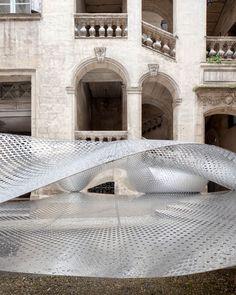 FAKT crea una 'nube' metálica flotante en Montpellier