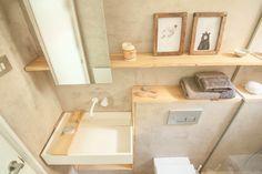Minimalismo - AD España, © Neus Casanova Se ha diseñado una pared-mobiliario funcional a partir de pladur y madera, donde se esconden las instalaciones de las piezas sanitarias y, al mismo tiempo, le da continuidad visual.