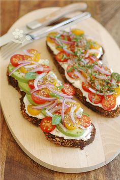 Tartine ricotta-avocat-tomates cerises-oignon rouge-basilic Smitten Kitchen, Healthy Salad Recipes, Bruschetta, Food For Thought, Food Dishes, Entrees, Good Food, Food And Drink, Cooking Recipes