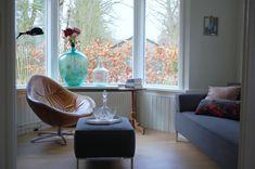 Erker jaren 30 woning met groene glazen vaas Living Room, Furniture, Accent Chairs, Home, Furniture Decor, Egg Chair, Old House, Chair, Furniture Design