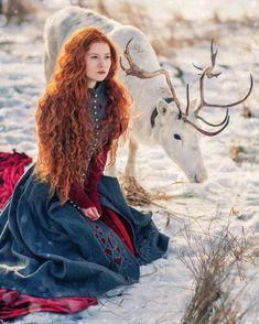 A feminilidade é inerente às mulheres e elas têm seu próprio modo de ser, mesmo em diferentes partes do planeta. Femininity is inherent in women, and they have their own way of being, even in different parts of the planet. Foto Fantasy, Fantasy Art, Poses, Fotografie Portraits, Medieval Gown, Fantasy Photography, Tier Fotos, Beautiful Redhead, Photo Instagram