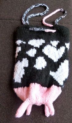I saw cow bag on ravelry, and then decided to make my own cow bag, on free hand! I was inspired by Udderly Divine Bag 895 on ravelry Crochet Clothes, Diy Clothes, Cute Crochet, Knit Crochet, Knitted Animals, Art Inspo, Ravelry, Book Art, Cow
