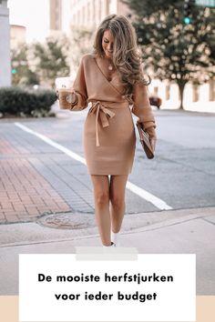 Het is het item dat de herfst net een stukje draaglijker maakt. Het item dat je net zo makkelijk naar je werk draagt als naar een date. Waarmee je in één klap aangekleed bent en je dus uit iedere kledingcrisis kan redden. fall | dress | herfst | buy now | shop | girl | woman | streetstyle | starbucks | beige | brown | sleeves | knitwear Classy Outfits, Fall Winter, Modern Outfits, Dress Up Clothes, Stylish Outfits, Classic Outfits
