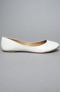 If I get married in these I can wear my wedding shoes over and over again. They just need some sparkle. Plain White Shoes, White Flat Shoes, Communion Shoes, Communion Dresses, Prom Shoes, Wedding Shoes, White Ballet Flats, Pretty Ballerinas, Girls Shoes