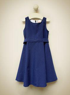 Lilou Bleu // Vestido confeccionado en voile de algodón estampado en azul oscuro con pintitas blancas.